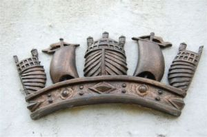 The plaque crest